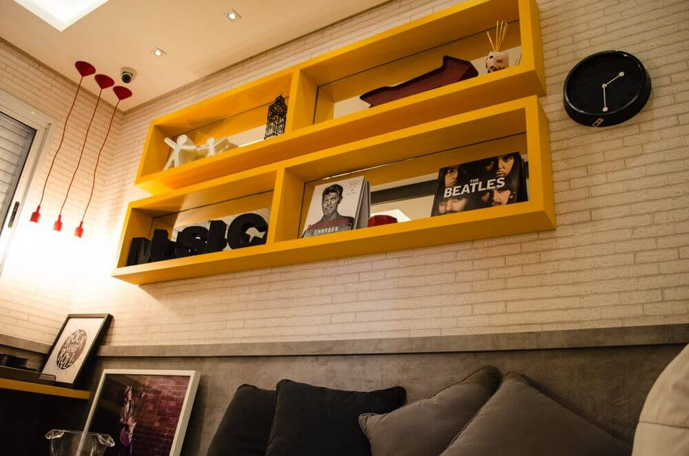 sala de estar moderna com nichos de madeira amarelos