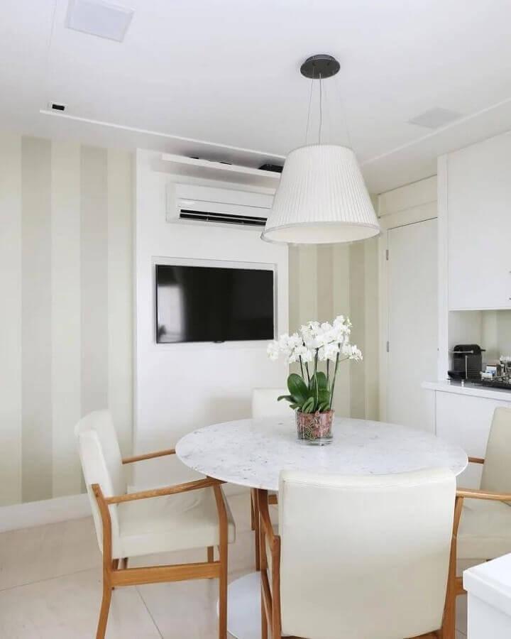 sala de jantar clean decorada com mesa redonda e papel de parede listrado bege Foto WVS Arquitetura