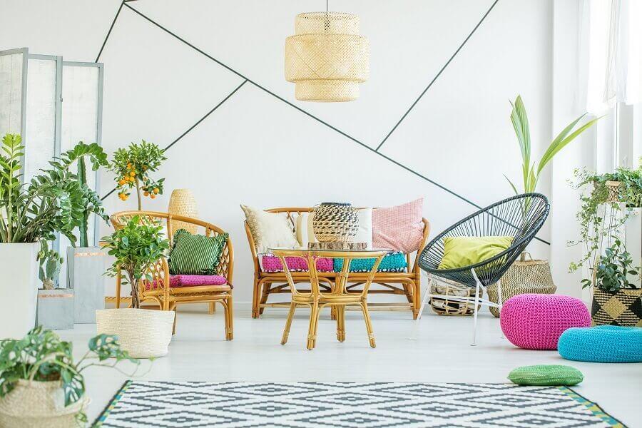 sala decorada com almofadas coloridas e vasos de plantas