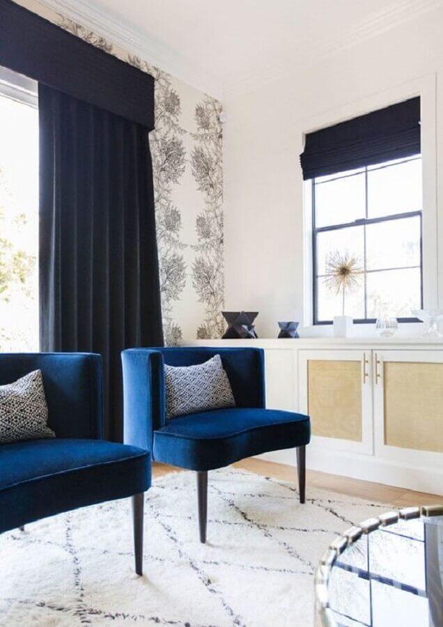 sala decorada com cortina e poltrona azul marinho Foto Katherine Carter Design