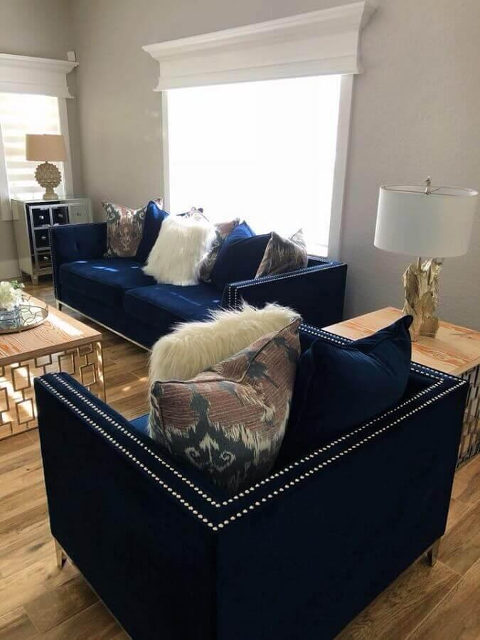 sala decorada com sofá e poltrona azul marinho Foto Pinterest