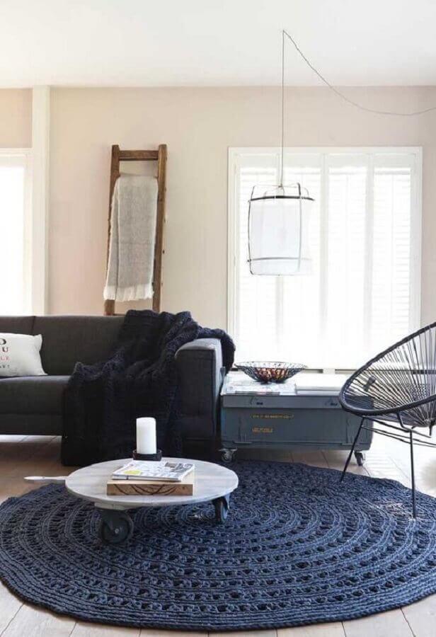 sala decorada com tapete azul marinho de crochê Foto ideias Decor