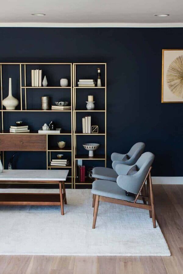 sala moderna decorada com parede na cor azul marinho Foto British Paints