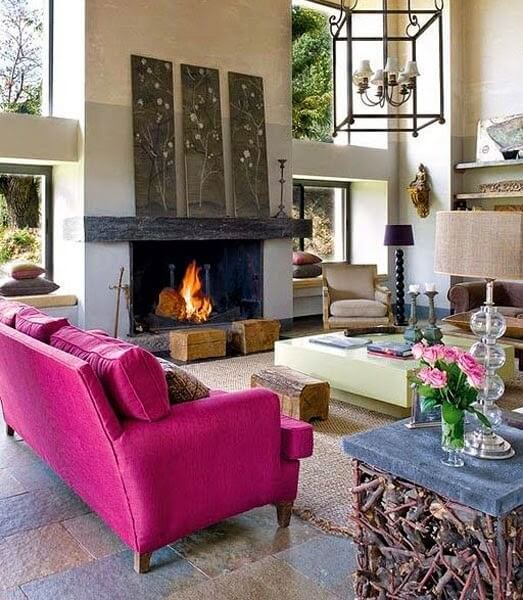 sala neutra fica ainda mais linda com o sofá fúcsia