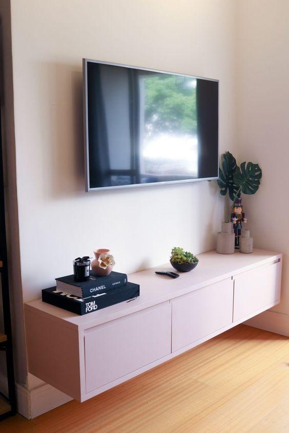 sala simples com rack suspenso branco