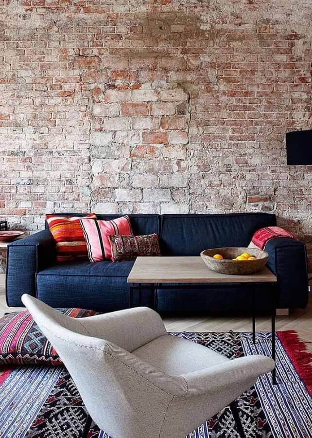 sofá azul marinho para sala decorada com parede de tijolinho Foto Blue Door Living