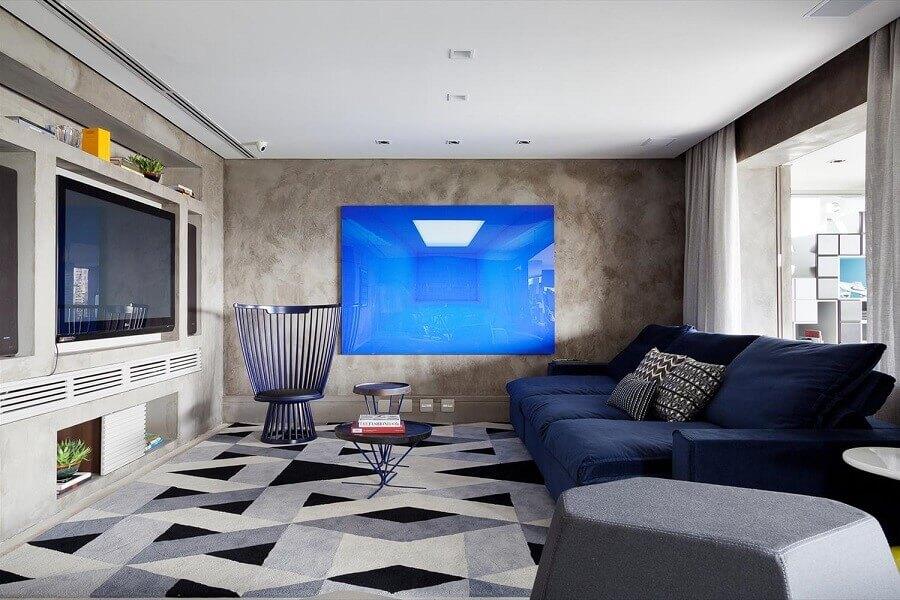 sofá azul marinho para sala moderna com parede de cimento queimado Foto Blog da Cyrela