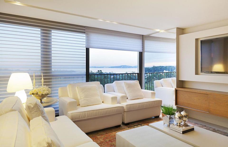 sofá branco e tapete estampado e rack suspenso