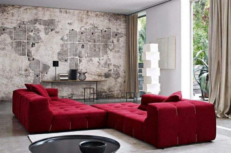 sofá de luxo - parede de jornal com sofá vermelho - Revista Viva Decora.