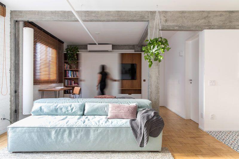 sofá para apartamento - decoração com madeira e cimento queimado