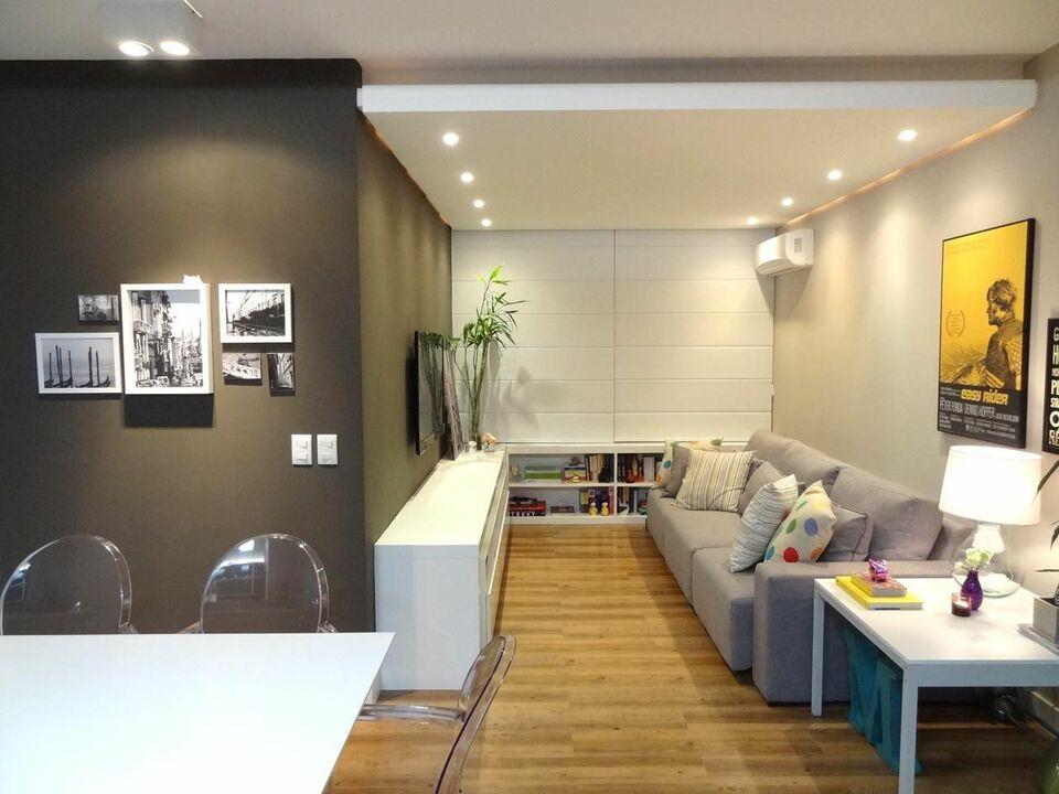 sofá para apartamento - parede com pintura escura e cadeiras acrílicas