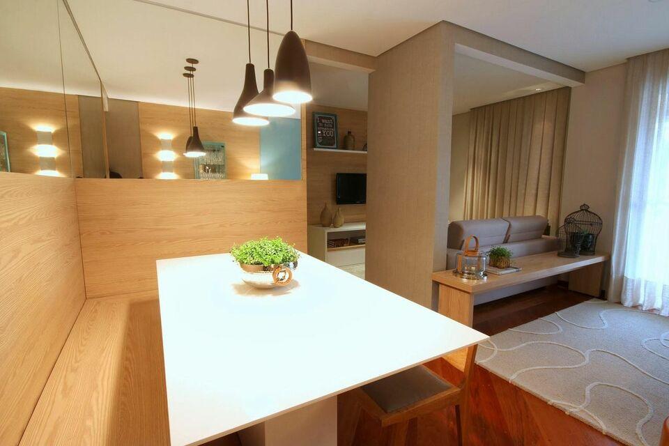 sofá para apartamento - sala com mesa pequena e espelho em volta