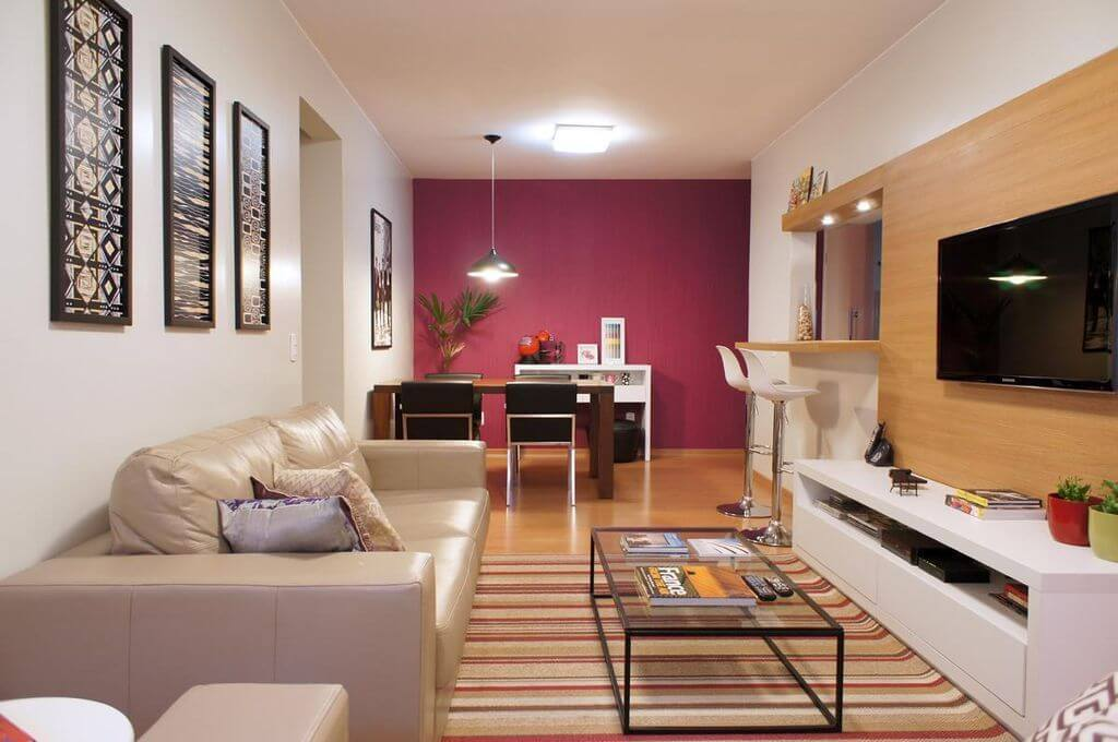 sofá para apartamento - sala de TV pequena com sofá de couro bege