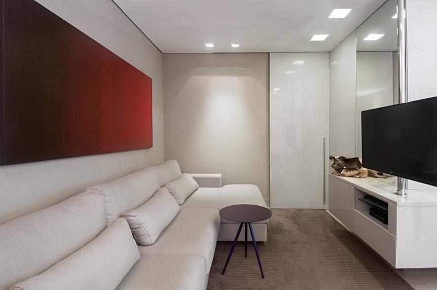 sofá para apartamento - sala de estar com porta piso para área íntima