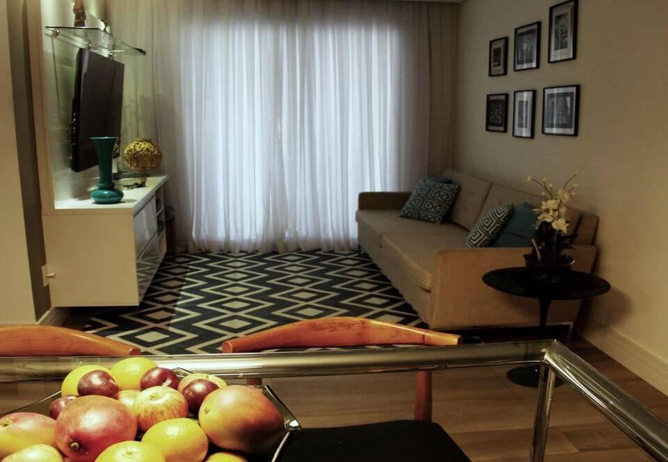sofá para apartamento - sala de estar com tapete geométrico