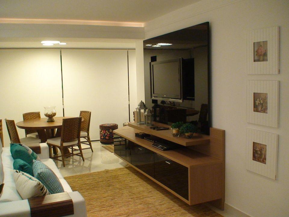 sofá para apartamento - sala de estar pequena com TV fixada na parede