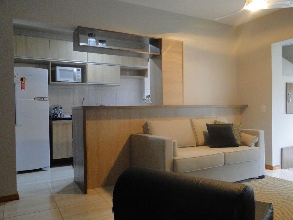 sofá para apartamento - sala de estar pequena com cores claras