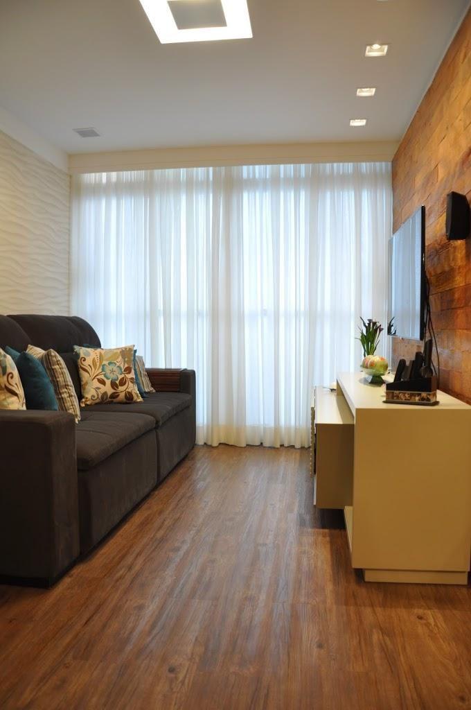 sofá para apartamento - sala de estar pequena com detalhes em madeira