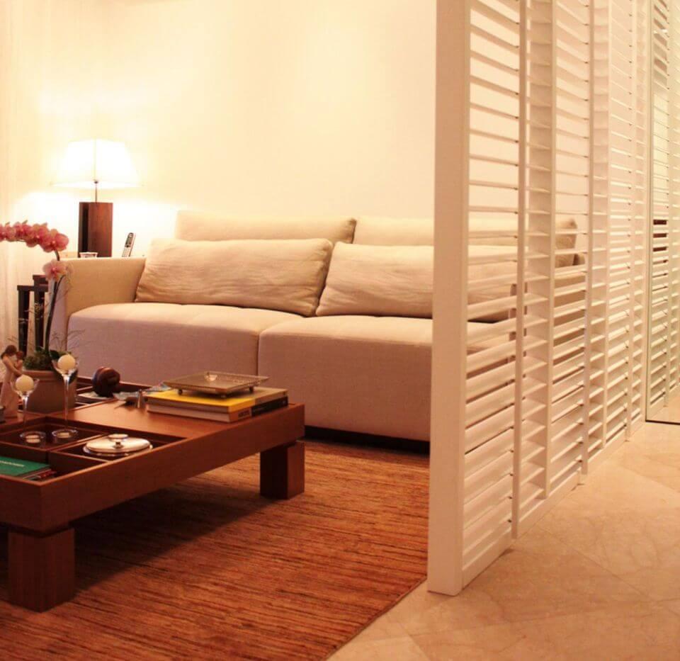 sofá para apartamento - sala de estar pequena com parede vazada