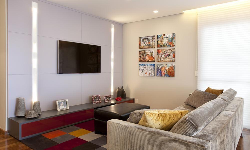 sofá para apartamento - sala de estar pequena com quadros