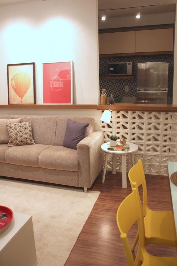 sofá para apartamento - sala de estar pequena com quadros decorativos