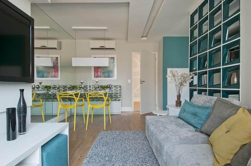 sofá para apartamento - sala de estar pequena com sofá cinza