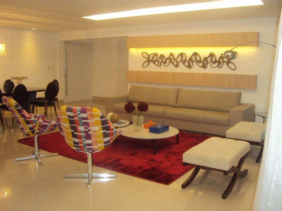 sofá para apartamento - sala de estar pequena com tapete vermelho de veludo
