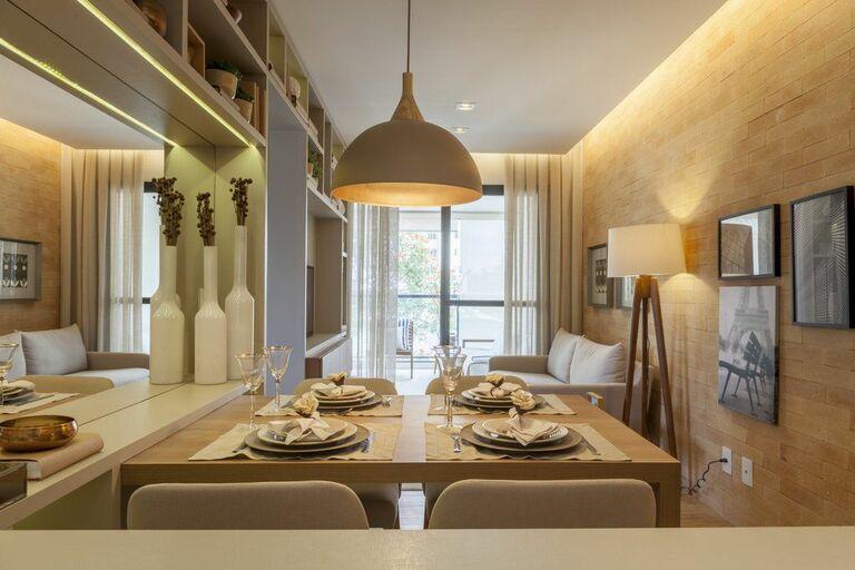 sofá para apartamento - sala de jantar pequena com pendente bege e cobre