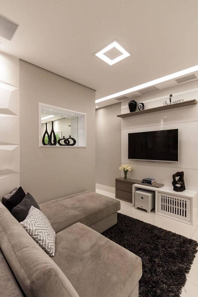 sofá para apartamento - sofá cinza e tapete peludo