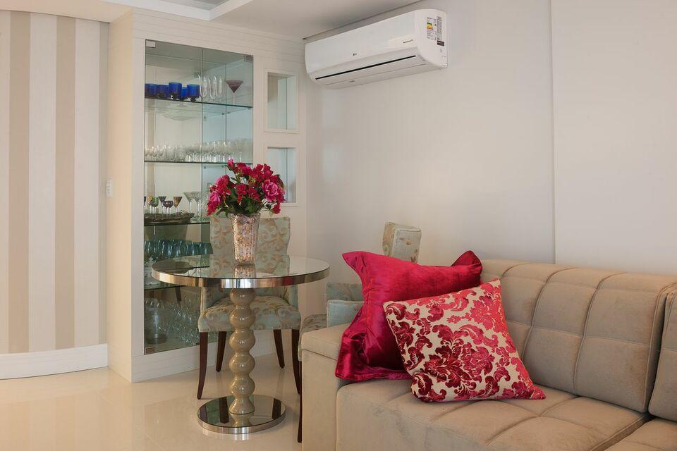 sofá para apartamento - sofá marrom e almofadas vermelhas