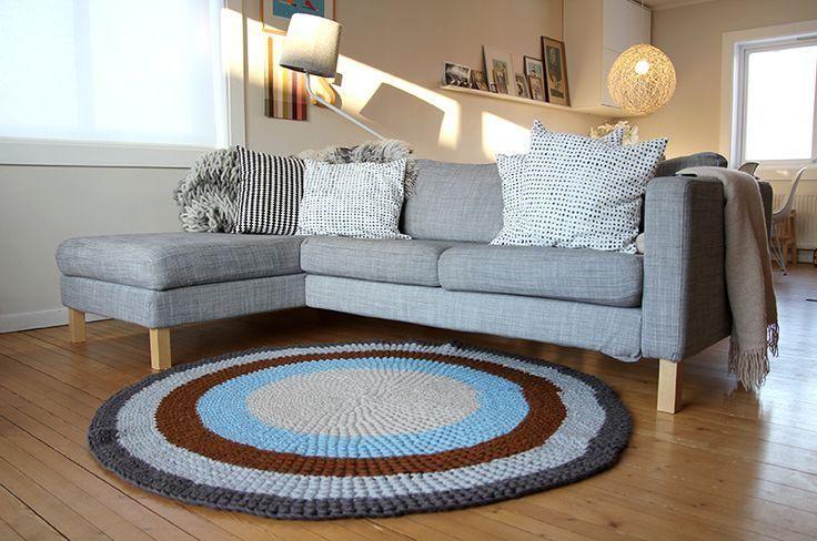 sofá para apartamento - tapete de crochê, sofá cinza e almofadas brancas