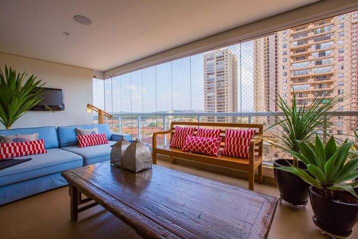 sofá para apartamento - varanda com sofá de madeira