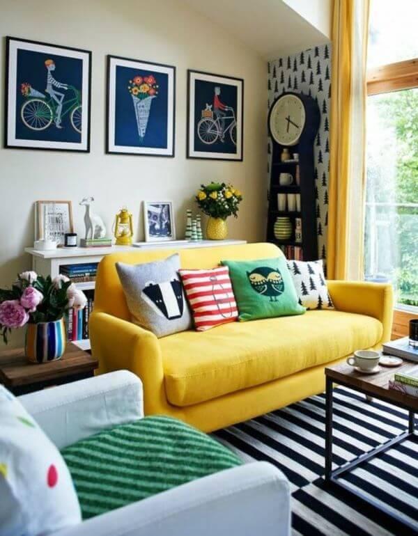 Sofá amarelo com almofadas coloridas e divertidas