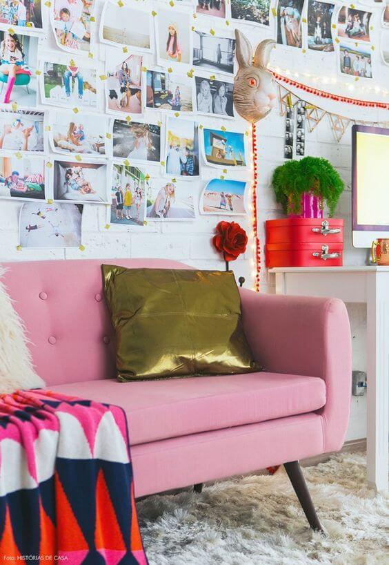 Sofá cor de rosa com almofada dourada