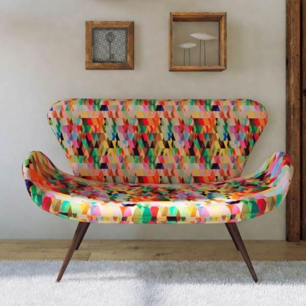 sofá colorido estampado