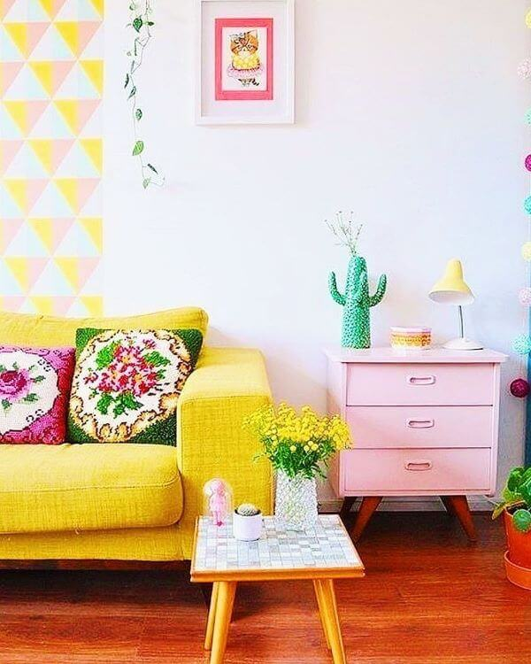 Sofá colorido amarelo