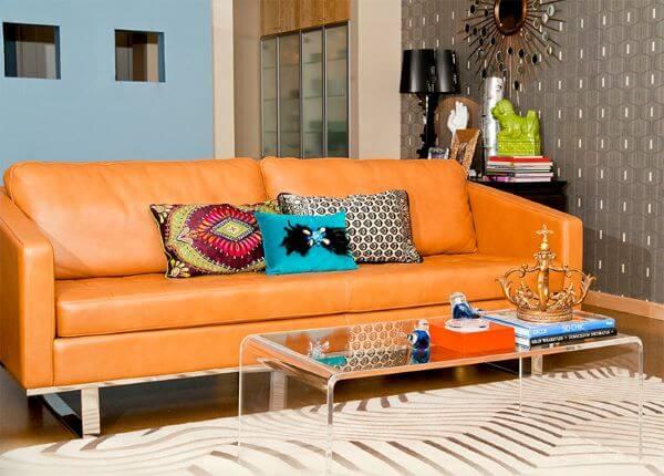 Sofá colorido laranja em sala moderna