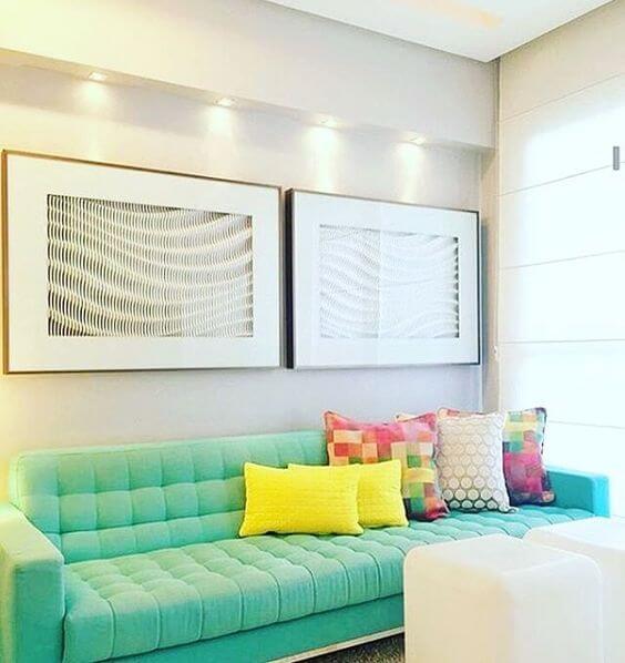 Sofá colorido claro com a almofadas coloridas estilo retrô