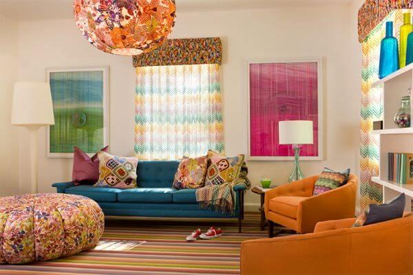 Combine as poltronas com o sofá colorido