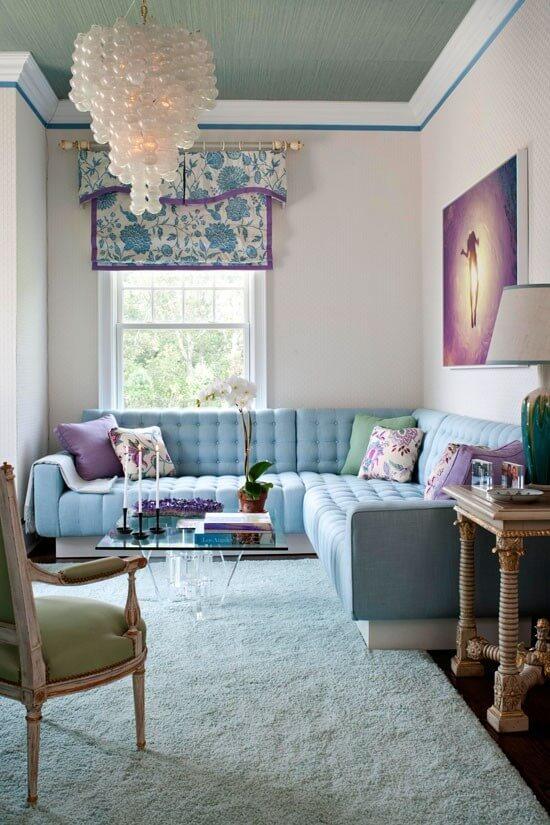 sofá colorido com almofadas e detalhes lavanda