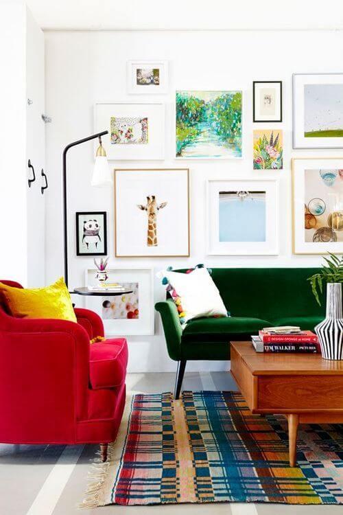 Sofá colorido com poltrona vermelha