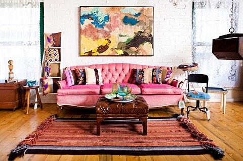 Sofá colorido cor de rosa na sala vintage