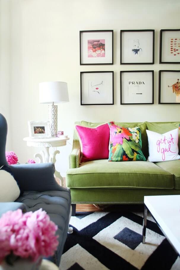 Sofá colorido verde com almofadas e detalhes em rosa fucsia