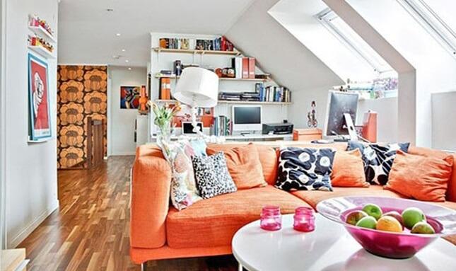 Sofá colorido laranja com almofadas estampadas