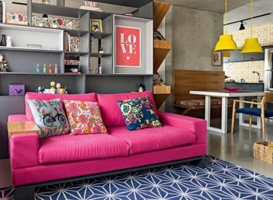 Sofá colorido pink com tapete azul