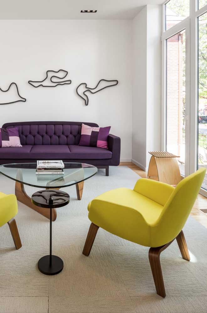 Sofá colorido roxo com poltrona amarela em destaque