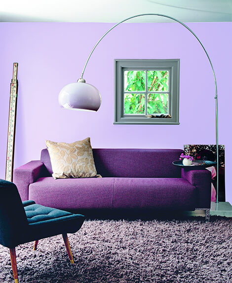 Sofá colorido roxo na sala lilás