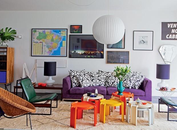 Sofá colorido com centro de mesa diferentes