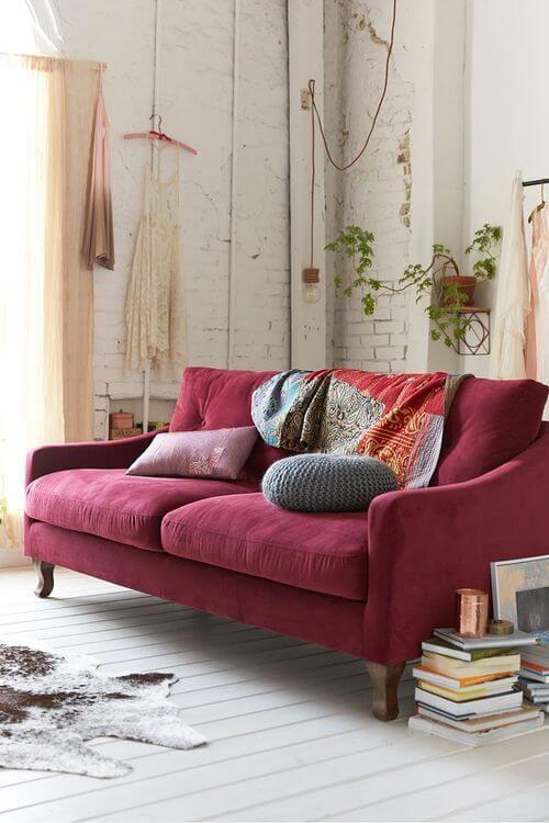 decoração com o sofá colorido vermelho