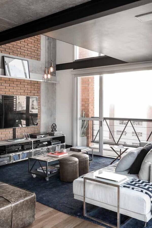 tapete azul marinho para sala moderna decorada com parede de tijolinho Foto Atelier Industrial